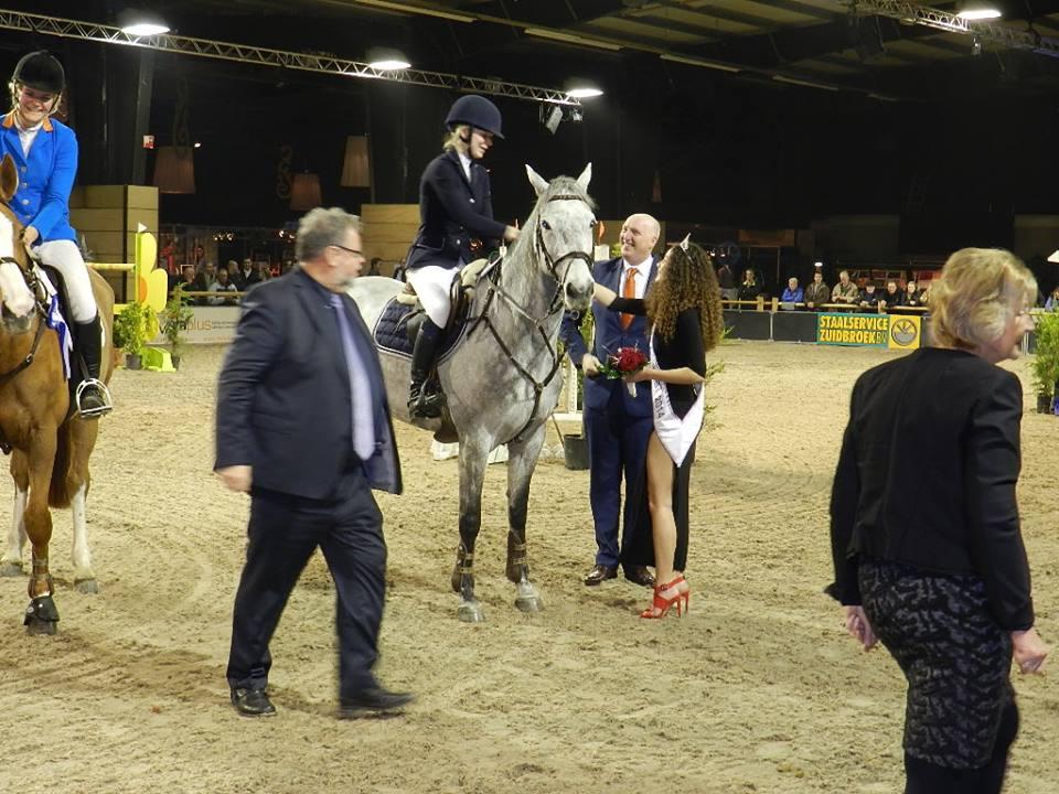 Photo of Miss Oldambt en Burgervader reiken 'Oldambt Prijs' uit