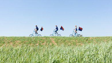 Photo of Kunstenaars op verhoogde fietsen onderweg naar Bad Nieuweschans
