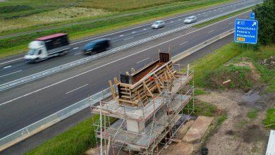 Photo of Inhijsen brugdeel Blauwe Loper boven de A7 zorgt voor verkeershinder
