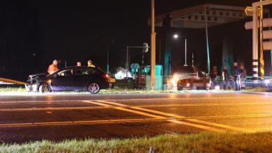 Photo of Auto's botsen op kruising, bestelbus mist kanaal Winschoterdiep op meter na