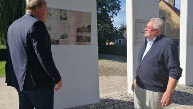 Photo of Wethouder Wünker onthult monument voor 'Hotel De Witte Zwaan'
