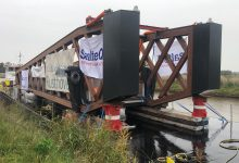 Photo of LIVE: Volg het plaatsen van brugdeel over Winschoterdiep via deze livestream