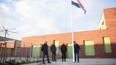 Photo of Vrienden van Scheemda schenken vlaggenmasten aan kindcentrum De Zwerm