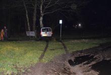 Photo of Auto raakt van de weg en komt tot stilstand tegen boom