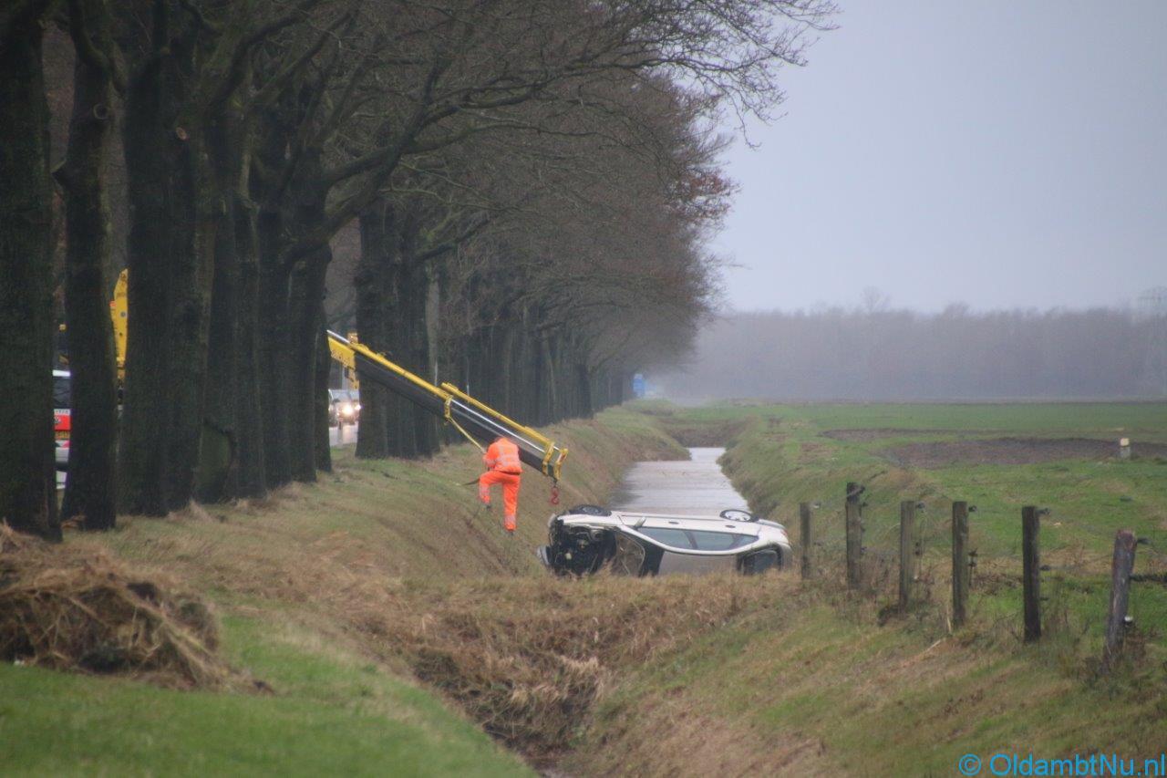Photo of Regio: Auto beland is naast gelegen sloot